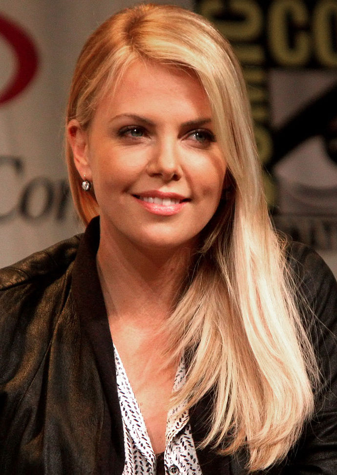 Charlize_Theron_WonderCon_2012_(Straighten_Crop)